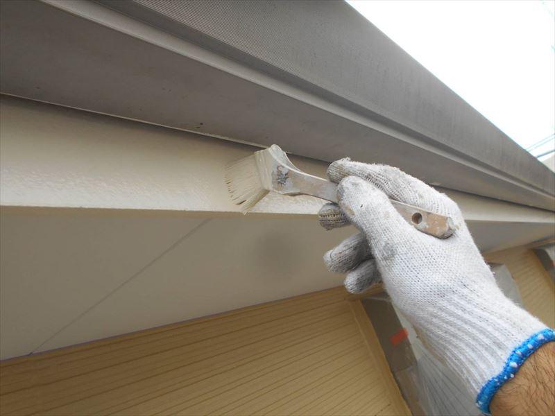 破風板等の細かな部分は刷毛で仕上げます。