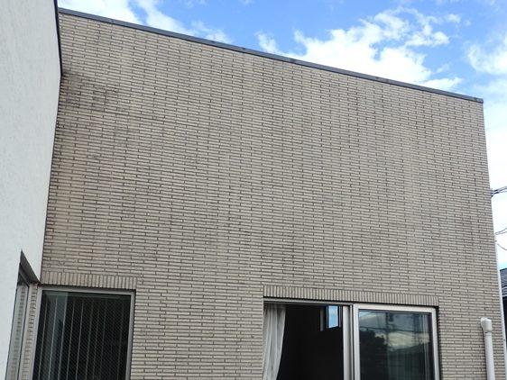 外壁のタイル部分に汚れによるムラが目立ちます。