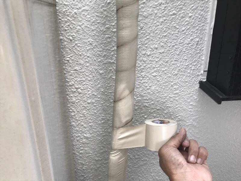 配管の保護テープがぼろぼろになっていたので新しく巻き直しました。