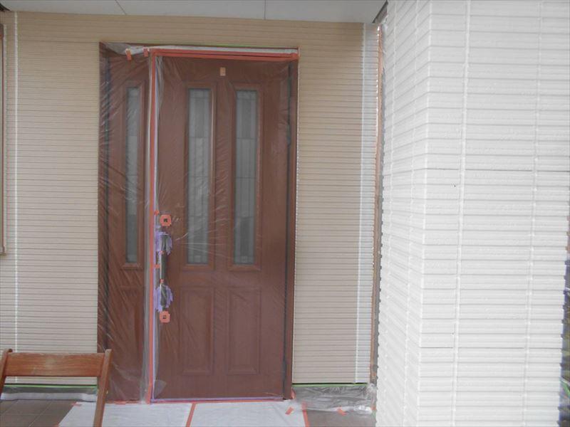 玄関ドアなど、塗料が付くと困る場所はしっかりと養生をしています。