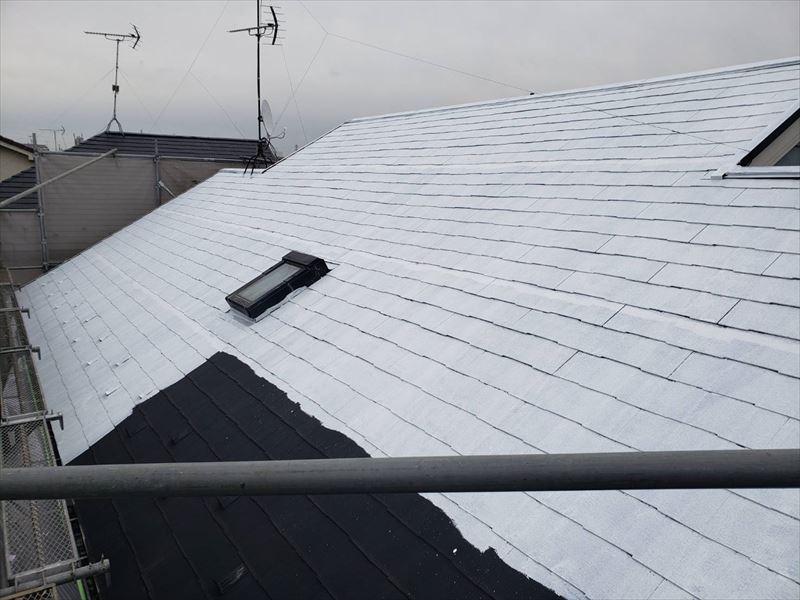 屋根の下塗りをしています。上から下へと塗装していきます。