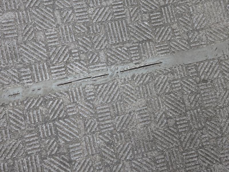 廊下の滑り止めシートのつなぎ目にあるシールがさけていました。