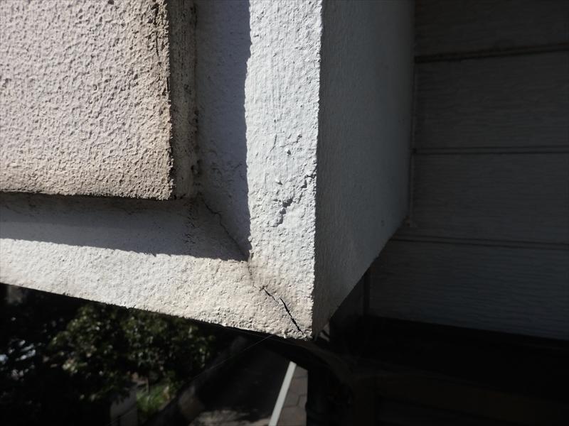 ベランダの外壁部分にヒビが入っています。