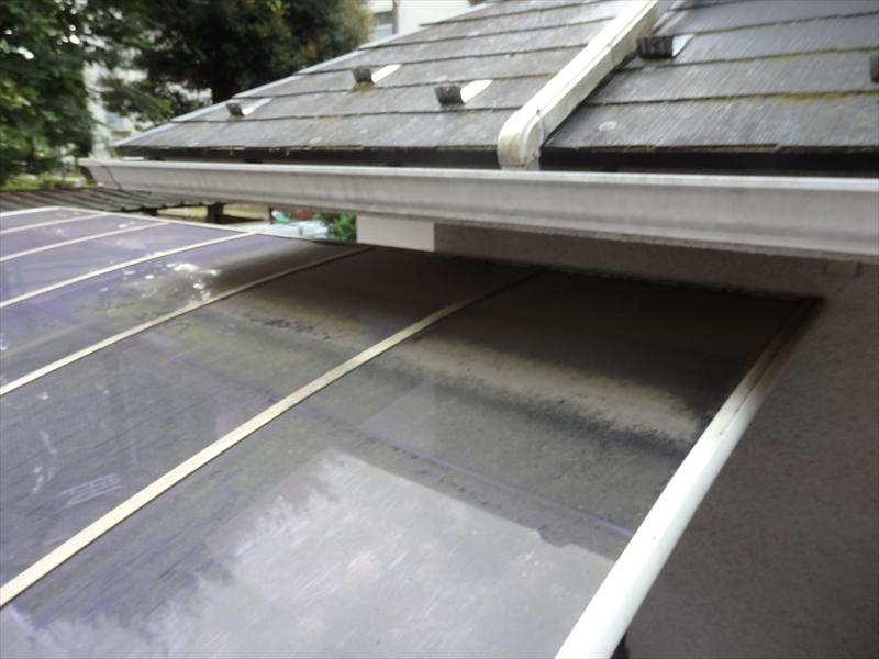 カーポートと下屋根が非常に近く、カーポートを避けて足場を建てて、塗装をするのは難しい状況です。