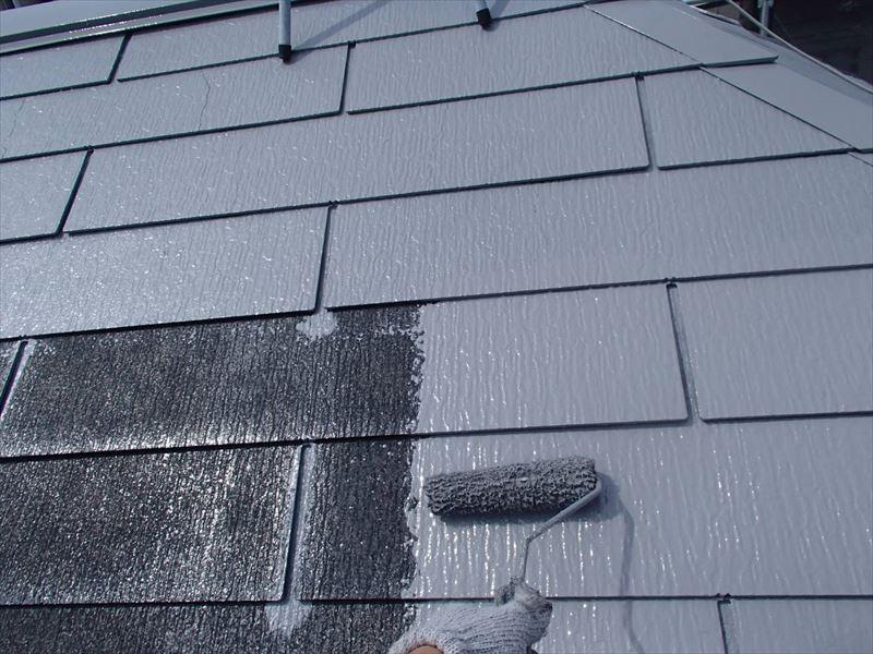 屋根の中塗りです。スレートの境目は刷毛でしっかりと塗ってから、全体をローラーで塗装します。