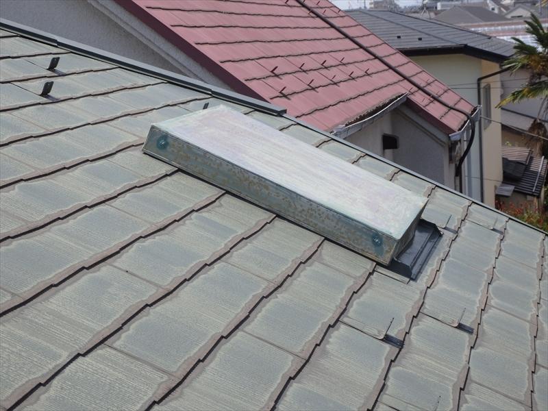 屋根に板金で作ったカバーが掛かっていました。天窓を塞いでいるようです。