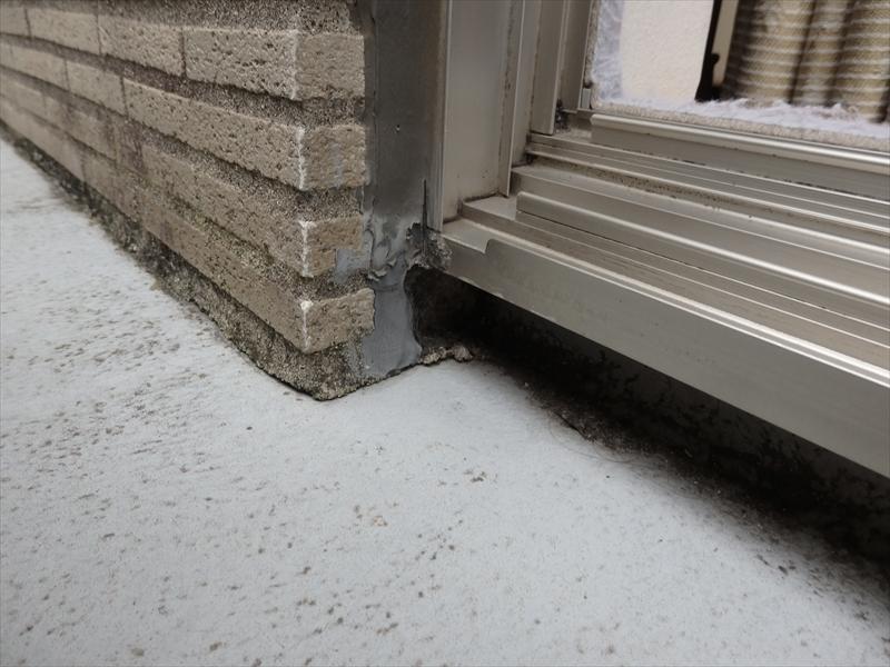 窓のサッシと外壁の間のシールが切れているところがありました。