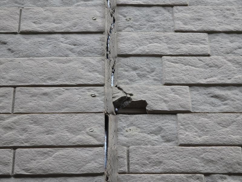 建物が揺れた時の衝撃で割れたと思われる外壁。