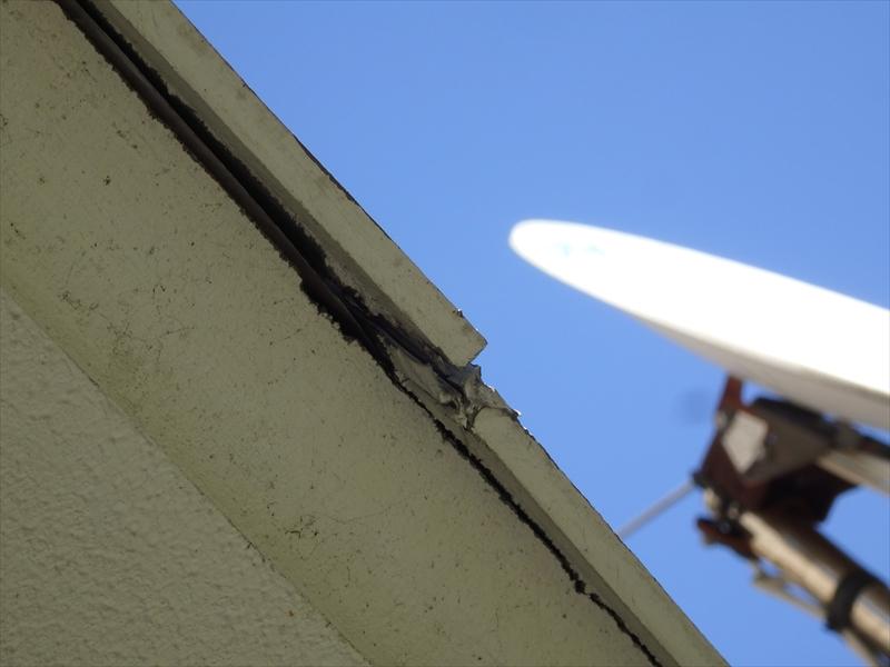軒裏部分にひび割れがあり、破風板が剥がれかかっていることが分かりました。