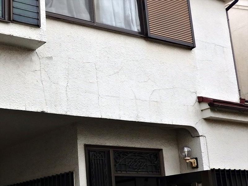 外壁にも多くのひび割れがありました。