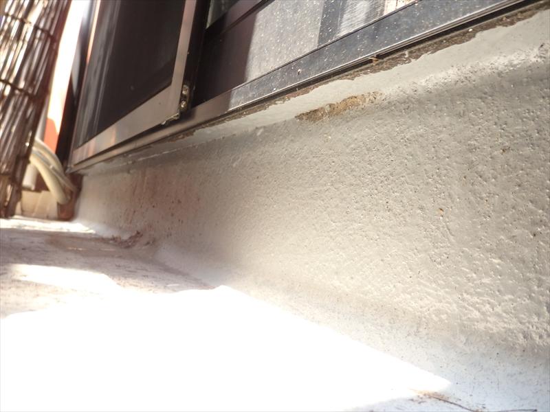 ベランダ防水の立ち上がり部分です。上までしっかりと施工できていないようです。