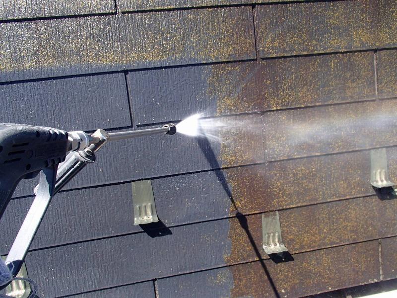 屋根の高圧洗浄です。汚れがどんどん落ちていきます。