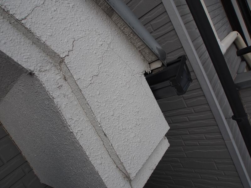 破風板部分にもひび割れがいくつか入っています。