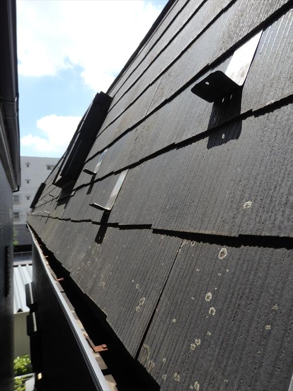 屋根には傾斜がきつい場所があり、屋根に乗って塗装ではなく、足場から手を伸ばして外壁のように塗装します。