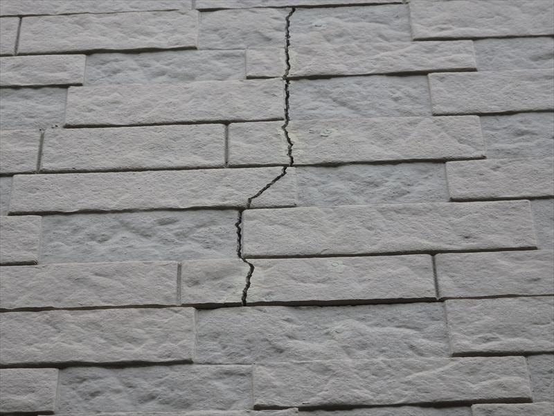 外壁にひび割れが入っています。