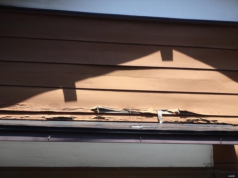 こちらはお隣の借家になっている木部の剥がれ。塗装に合わせて補修することになりました。