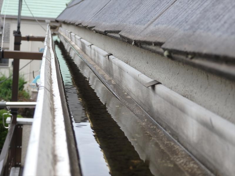 枡が詰まっているのか、雨樋に雨水が溜まっていました。