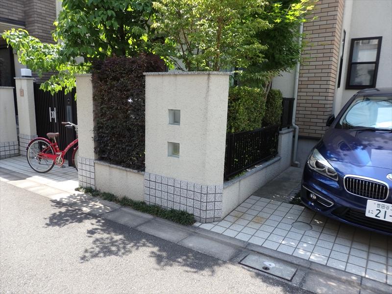 塀には伝い水の汚れが線状についていました。