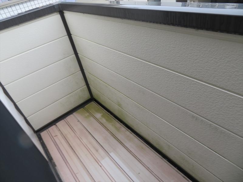 ベランダ内側の外壁の汚れ。湿気が多い事によるものです。