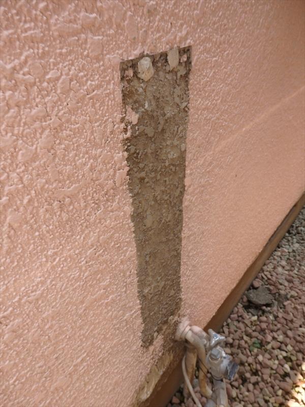 何かの機材を撤去した跡。新築後の塗装ではガス器具やメーター、水道等、取り外さずに塗装するために、機材を交換・撤去すると前の下地が見えてしまうことがあります。