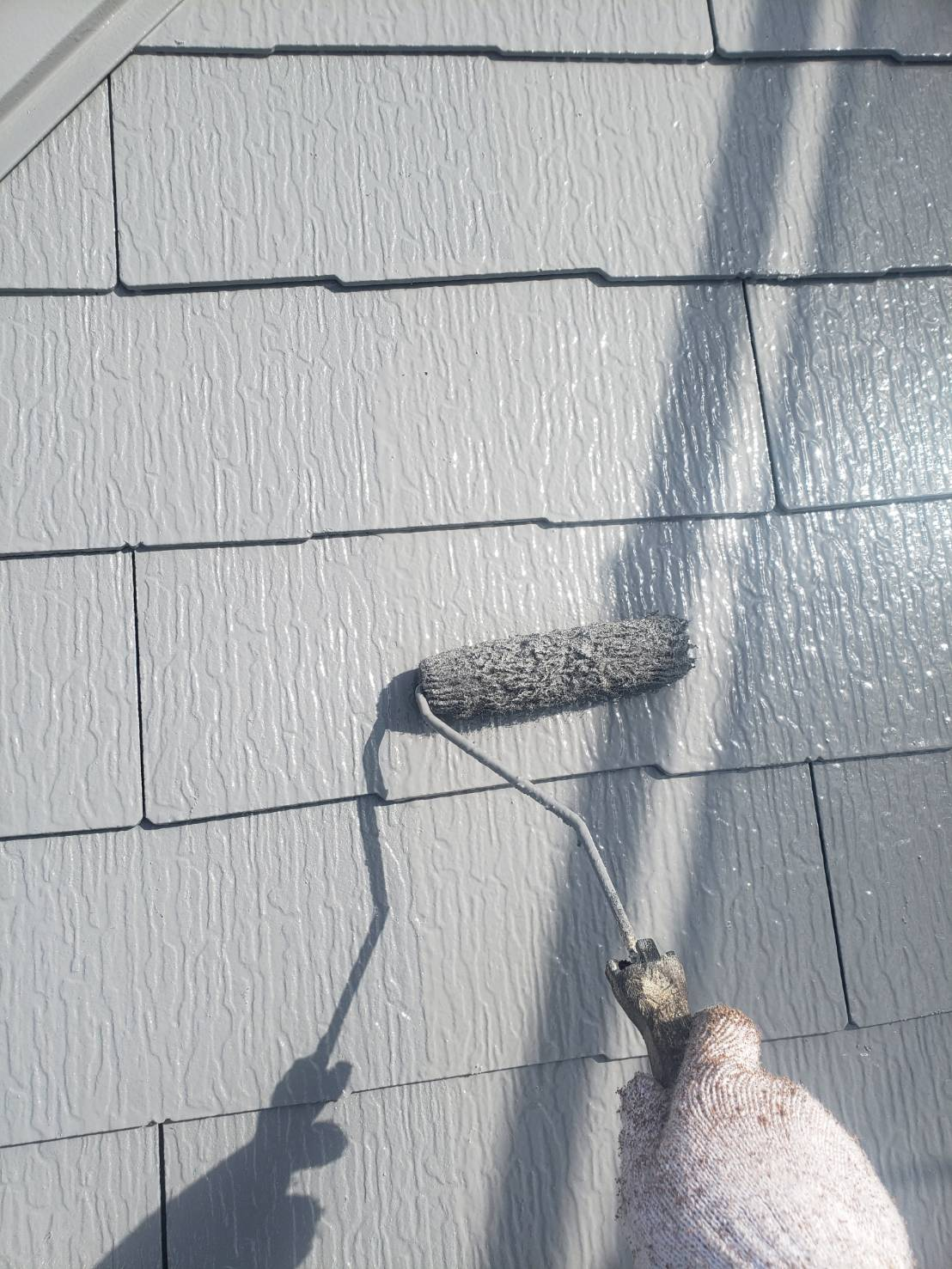 屋根の上塗りを行って、屋根の塗装の完成です。