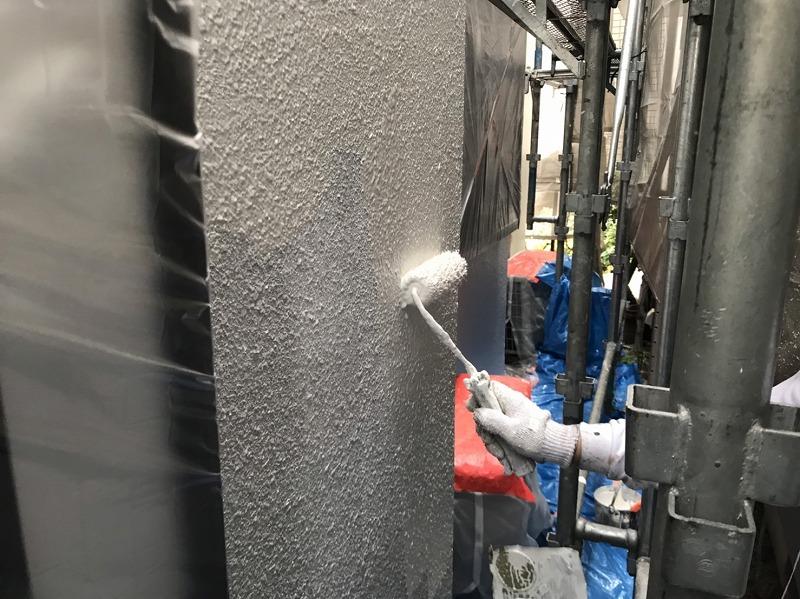 外壁の中塗りを行っています。
