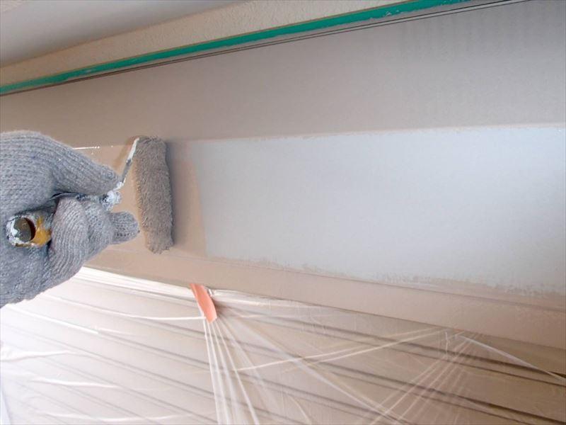 シャッターボックスの上塗りです。外壁に合わせて塗装しています。