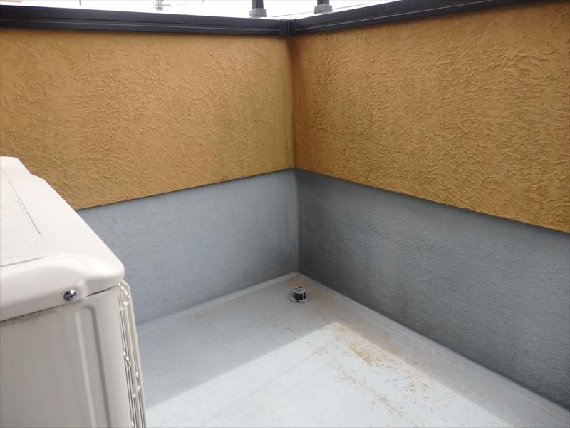 ベランダの内側の外壁はコケ汚れができ始めていました。