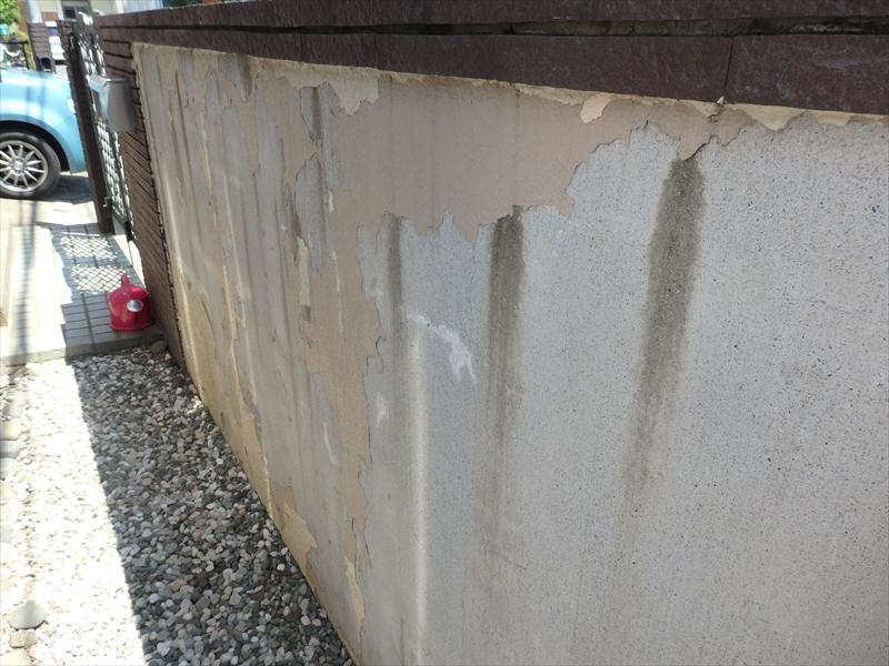 塀の内側は塗装を2回したようですが、2回ともはがれて下地が見えています。
