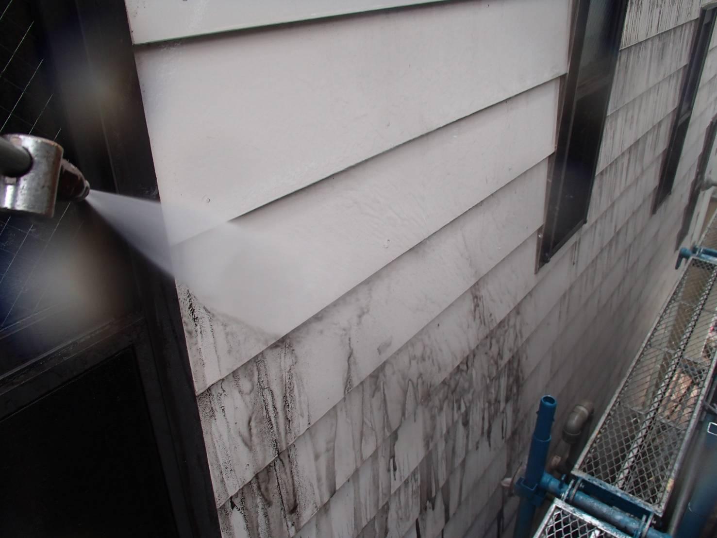 外壁の洗浄を行いました。汚れがみるみる落ちていきます。