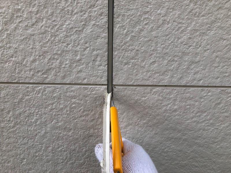 サイディング壁なので古いシールを取り除きました。