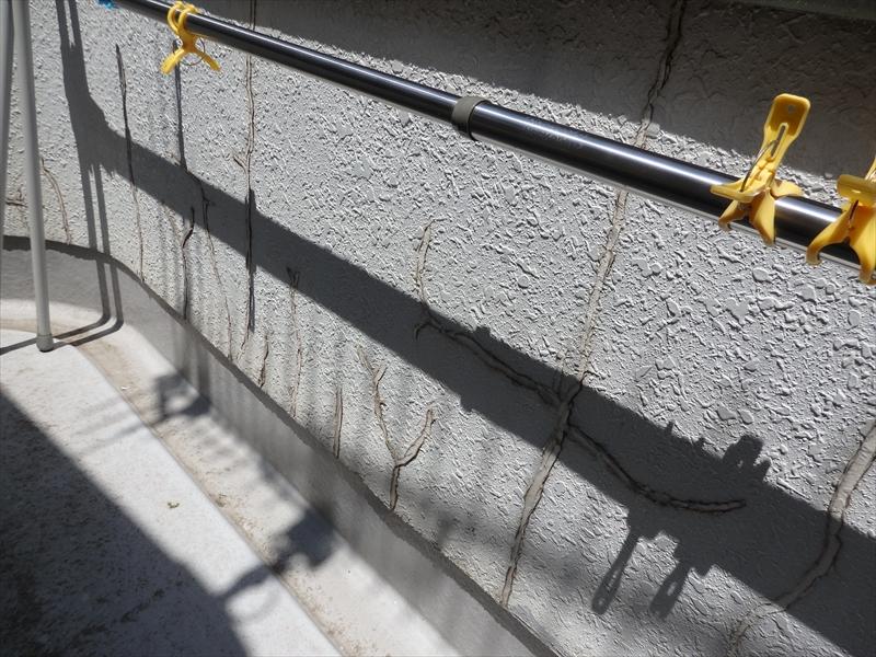 ベランダ内の補修跡。表面の劣化により、外壁と材質の違う補修跡がより目立つようになります。