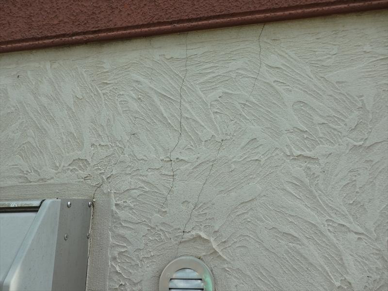外壁にひび割れが入っていました。