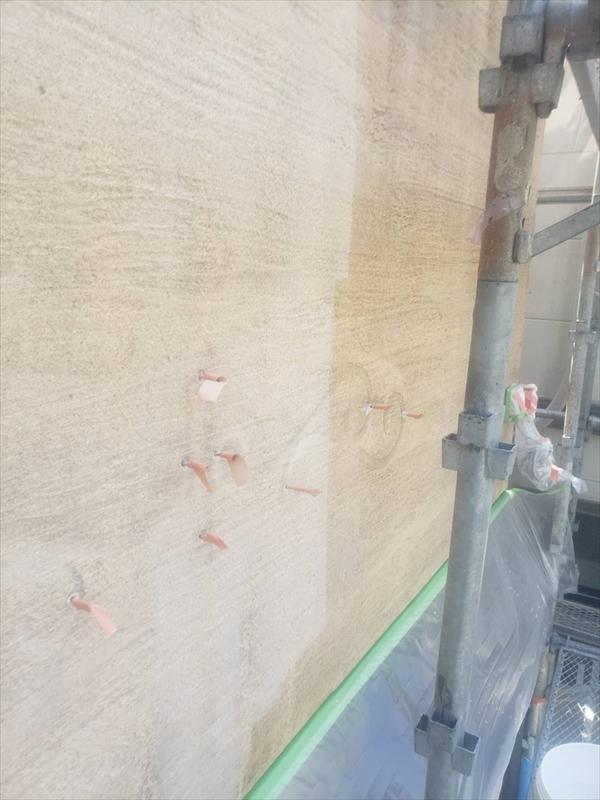 まだ塗られていない部分、茶色い養生テープがついているのは、壁の飾りの金具です。飾りは外して塗装しています。