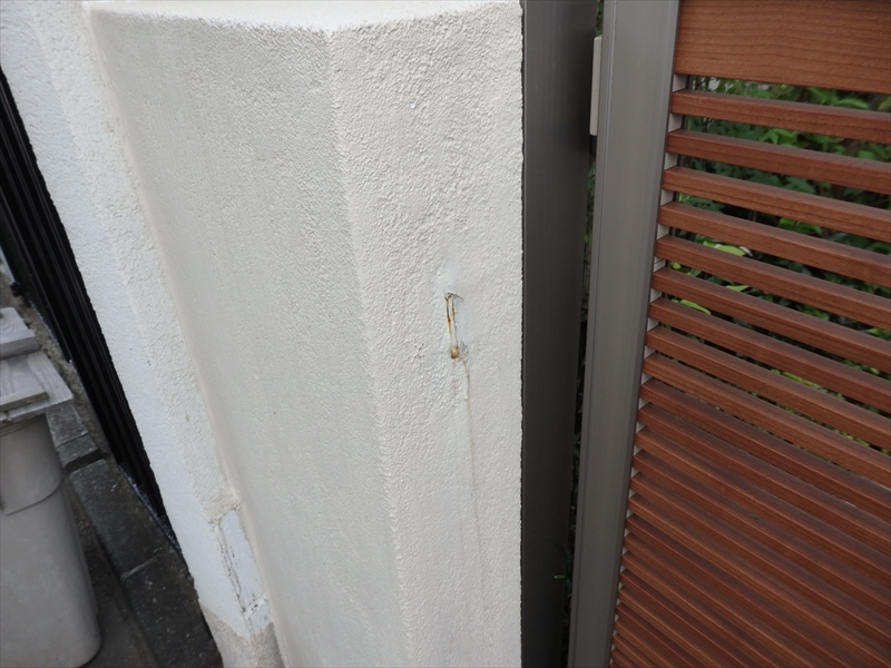 門柱に補修跡らしきものがあり、サビが出ていました。