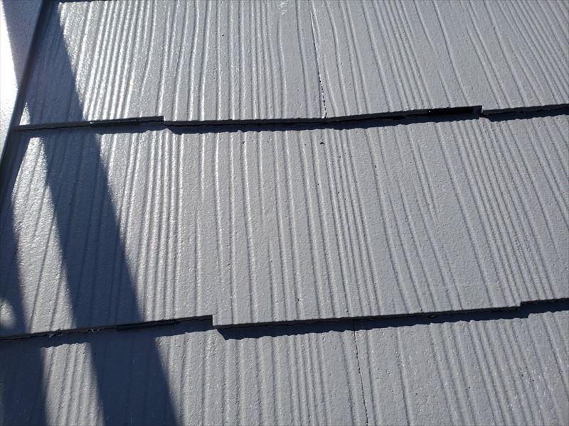 左側の屋根の隙間に黒い板が見えています。このタスペーサーの板の厚み分、屋根の隙間を確保することで、雨漏りを防ぐ効果があります。