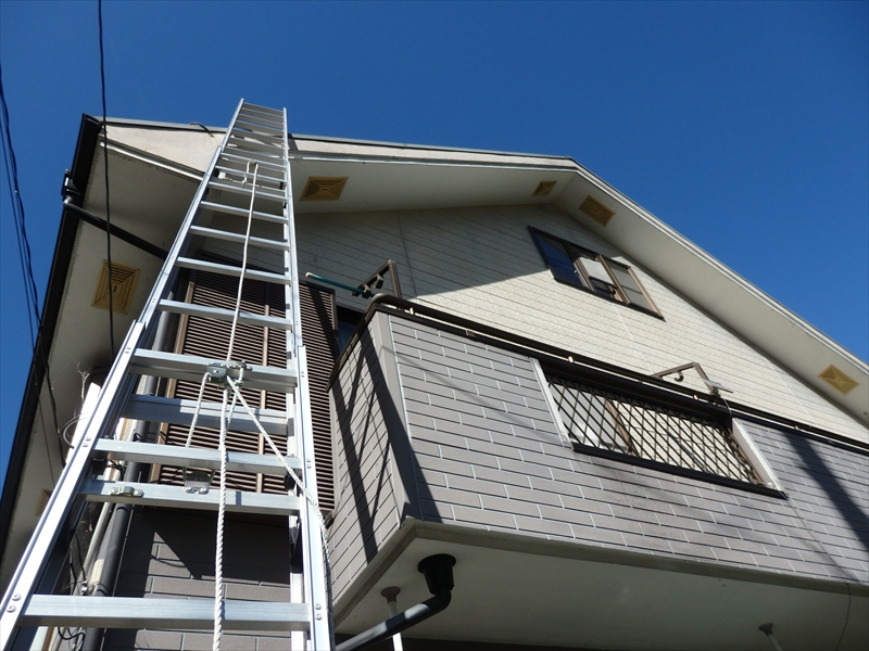 屋根に上るためにはしごを掛けています。