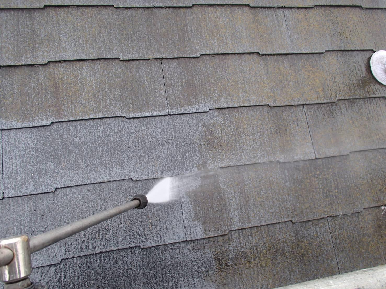 屋根の高圧洗浄を行いました。汚れをしっかりと落としていきます。