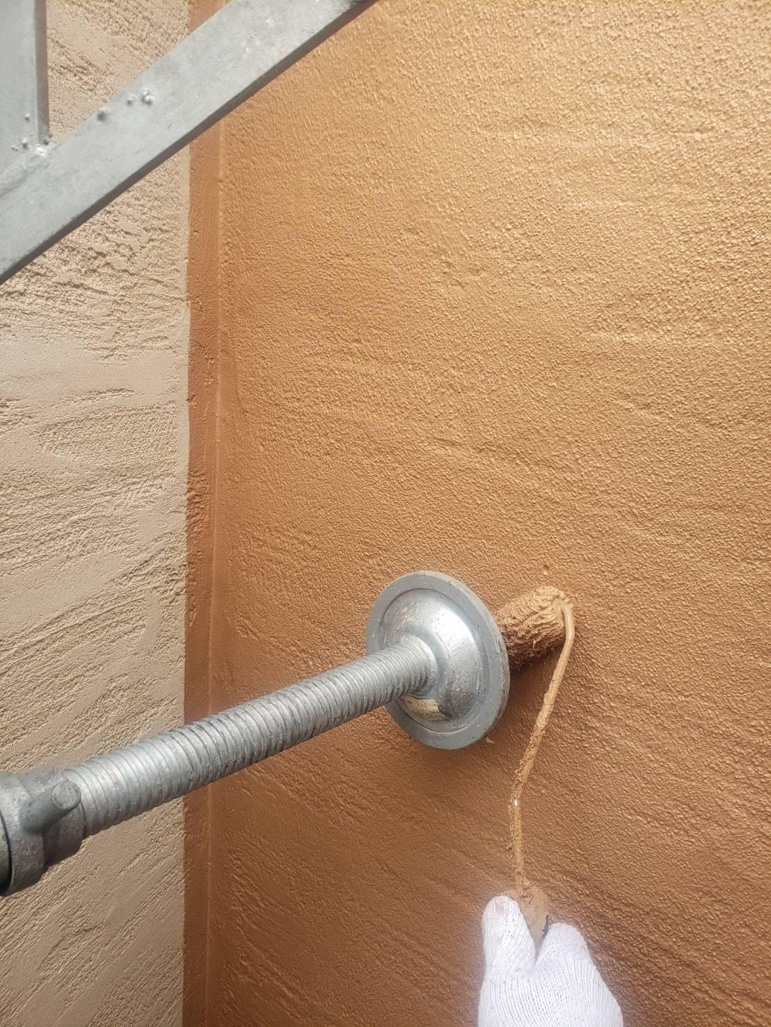 足場の揺れを防止する「壁当て」は一時的に浮かせて、塗装をしています。