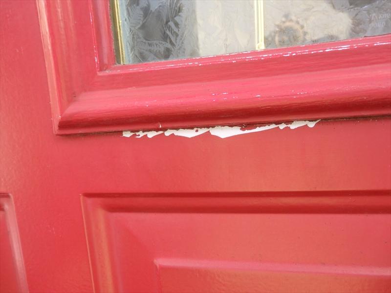 こちらは玄関の塗装の剥がれ。下地が薄くて、塗装が濃いので目立ちます。