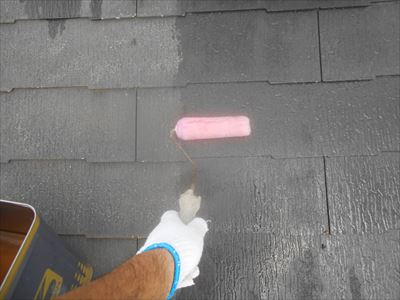 屋根の下塗りをしています。ひび割れを確認しながら作業を進めます。