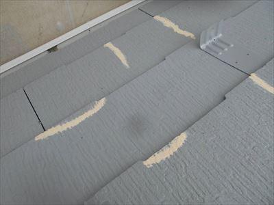 中塗り後、ヒビの埋まり具合を見ながら追加で補修しています。