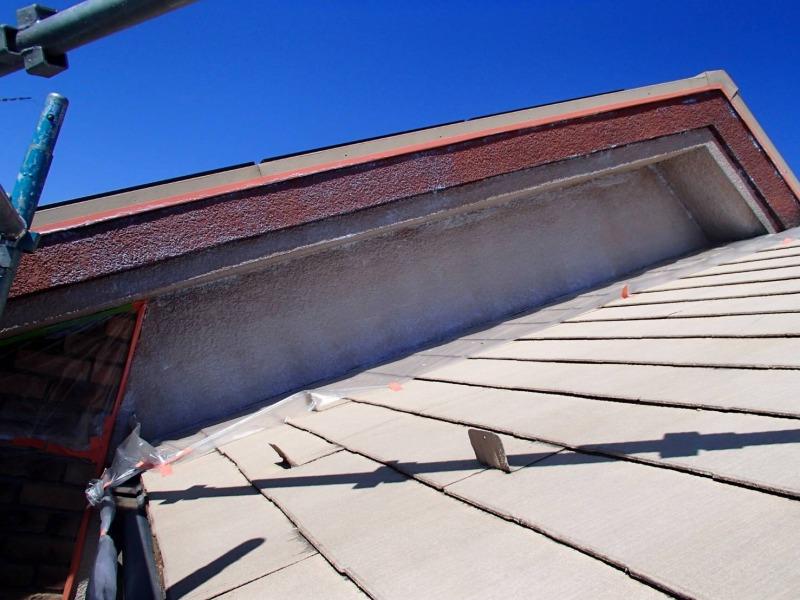 破風板下の外壁は角が多いので、塗装不良にならないように注意して塗装しています。