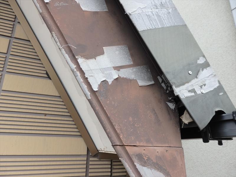 破風板に補修したと思われる跡がありますが、劣化して多くが剥がれています。