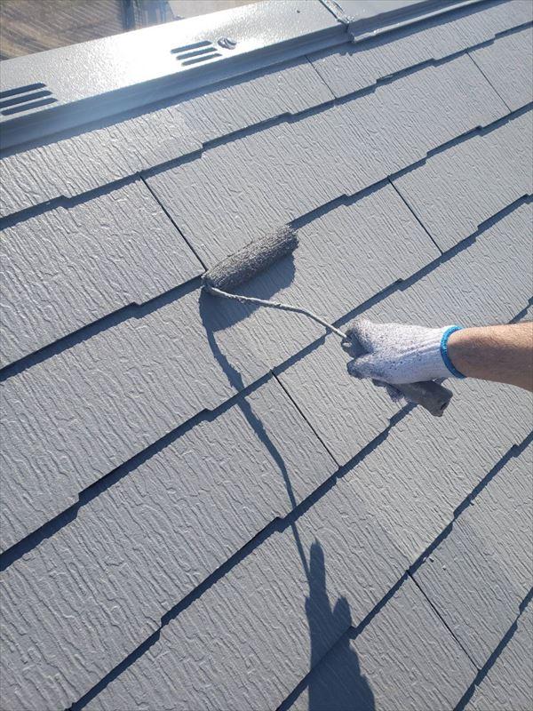 屋根の上塗りをしています。タスペーサーを上塗り前に入れることで、上塗りの際に一緒に塗装して目立たなくしています。