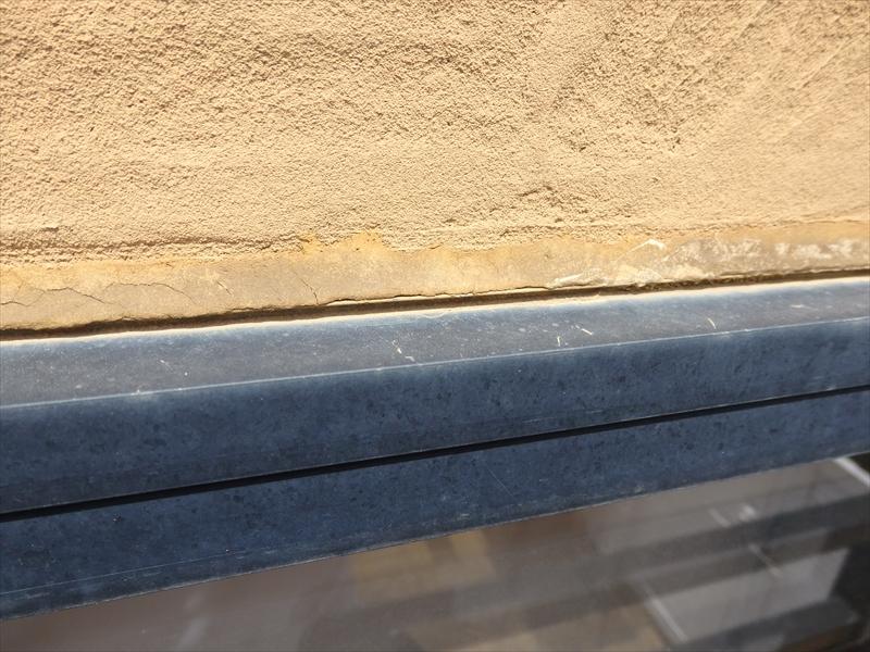 窓のサッシ上部のシールに細かなひび割れと表面のはがれがありました。