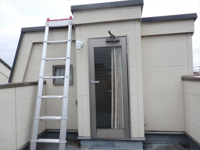 屋根には屋上のバルコニーからはしごを掛けて上がりました。