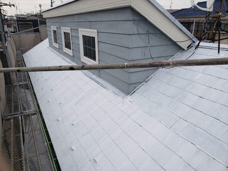 屋根の下塗りができました。下塗りをしっかりとすることで、この後の塗料の密着効果が高まります。