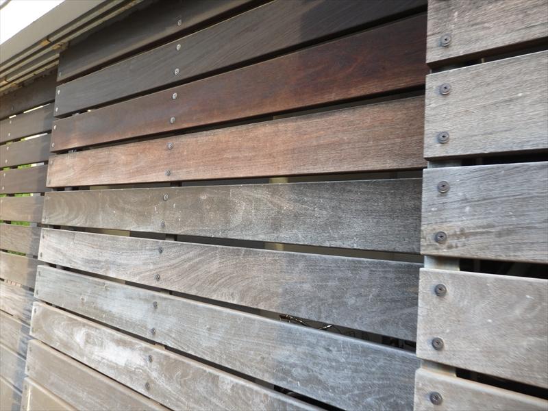 玄関の木製のシャッターは陽のあたる場所の色が抜けていました。