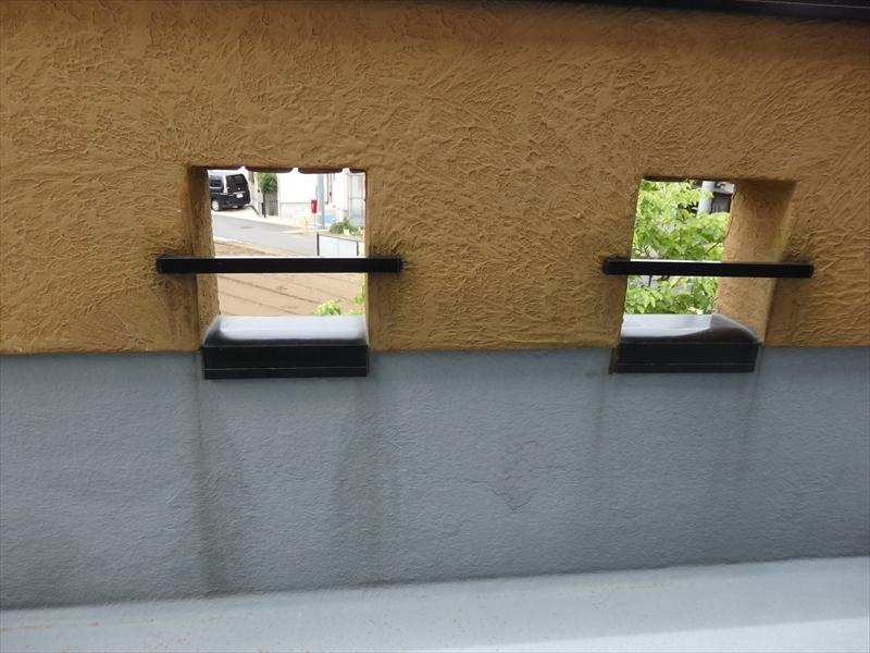 ベランダの内側部部は手すりと笠木部分に伝い水の汚れがついています。